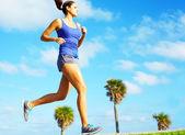 Sportif kadın koşu — Stok fotoğraf