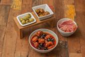Traditional Spanish tapas: chorizo, ham and olives — Stock Photo