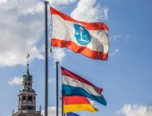 Flag of the city Leer in front of the Rathaus — Stock Photo