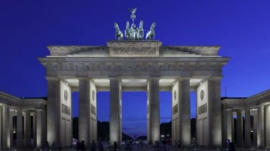 Brandenburg Gate at sunset and the Quadriga on top — Wideo stockowe