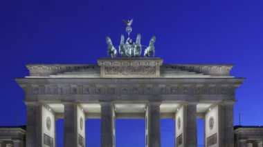 Brandenburg Gate at sunset and the Quadriga on top — Stockvideo