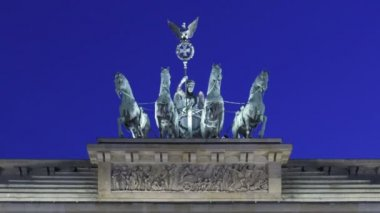 Brandenburg Gate at sunset and the Quadriga on top — Vídeo de Stock
