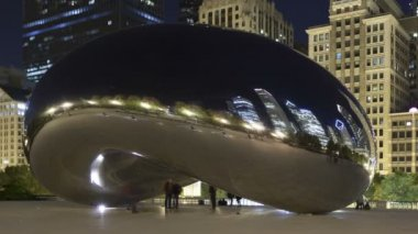 Cloud Gate sculpture and downtown skyline buildings at night, Chicago — Stock Video