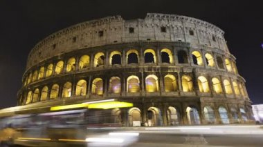 Traffic in front of the colosseum Amphitheater, Rome — Stock Video