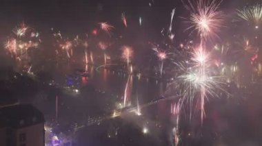 Grand firework aerial over Frankfurt and the Main river on New Years Eve — Stock Video