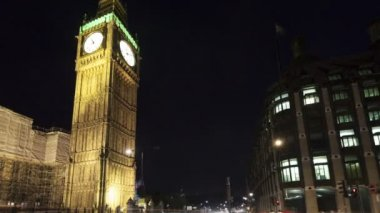 Traffic in front of Big Ben and House of Parliament in London — Stock Video