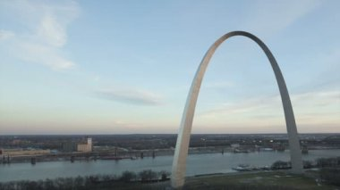 Gateway Arch St. Louis aerial view — Stock Video
