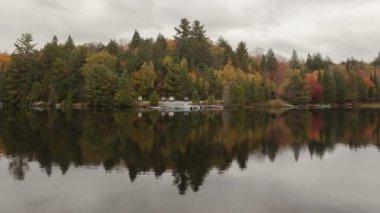 湖で秋の色 — ストックビデオ