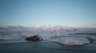 Icebergs moving in the Glacier lagoon — Стоковое видео