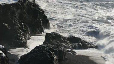 Waves crashing on rock coast — Stock Video