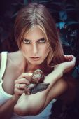 Woman with snails — Stockfoto