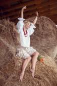 Привлекательная девушка в сено — Стоковое фото