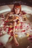 Kvinna avkopplande i badrum — Stockfoto