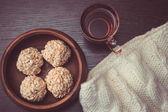 Taza de té y arroz bolas crujientes — Foto de Stock