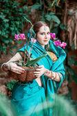 Het meisje in de blauwe Indiase kostuum. — Stockfoto