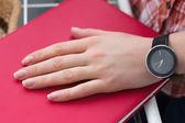 Žena ruku s hodinkami — Stock fotografie