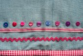 Sewing buttons and fabric background — Stock Photo