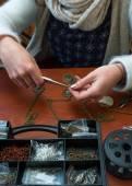 Kobieta co rzemiosło biżuteria — Zdjęcie stockowe