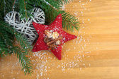 Stitched red Christmas star with spices, with decoration, on woo — Zdjęcie stockowe