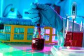 Los investigadores trabajan en el laboratorio científico moderno. preparación de peligro — Foto de Stock