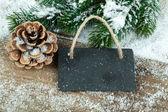 黑色的石板上旧仿古木制背景,与雪的板子 — 图库照片