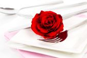 Valentines table setting with an gift box, to celebrate the holi — Stock Photo