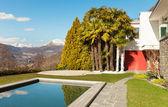 现代带游泳池的房子 — 图库照片