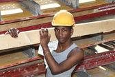 Man som arbetar på byggarbetsplatsen — Stockfoto