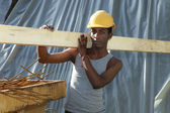 Homme travaillant au chantier de construction — Photo