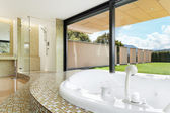 Beautiful bathroom with jacuzzi — Stock Photo