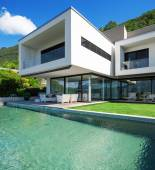 Pool and modern house — Stock Photo