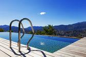 Pegue a escada de bares na piscina — Fotografia Stock