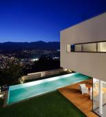 Modern house, with pool — Stock Photo