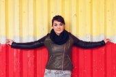 Young woman posing at wall — Stock Photo