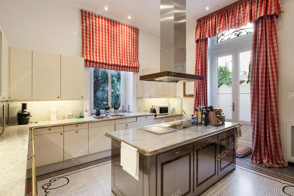 Inrichting, ruime moderne keuken — Stockfoto © Zveiger #89847630