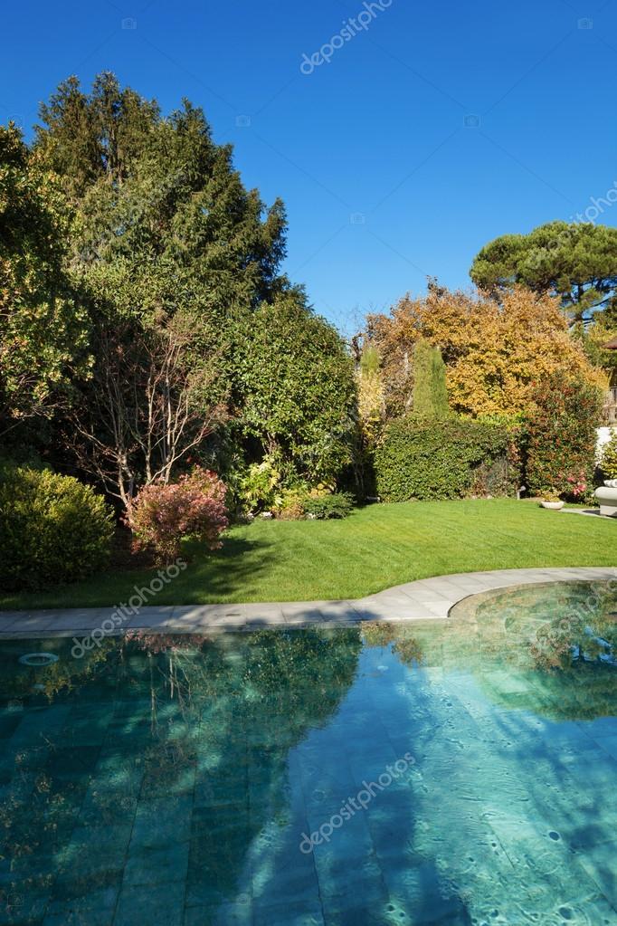 schöner garten mit pool — stockfoto © zveiger #99882192, Garten ideen gestaltung