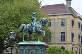 Statue in front of the palace of the Dutch queen in the Hague, Holland — Stock Photo