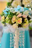 Mooie bloemen op tafel in trouwdag — Stockfoto
