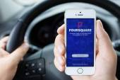 IPhone 5S app Foursquare in hands of the driver car — Stock Photo