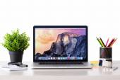 MacBook with OSX Yosemite the screen on the table — Stock Photo