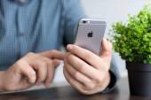 Man håller en ny iphone 6 utrymme grå — Stockfoto