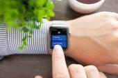 Человек руку с Apple часы и app щебетать на экране — Стоковое фото