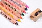 明亮的彩色的铅笔和磨刀机-一套 — 图库照片