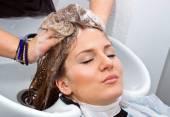 Mycie włosów — Zdjęcie stockowe