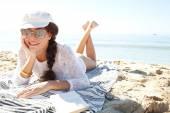 在海滩上轻松的女人 — 图库照片