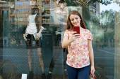 Attractive woman shopping with smartphone — Foto Stock
