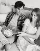 Couple watching television, eating pop corn — Foto Stock