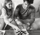 Couple eating Japanese sushi — Stock Photo