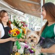 Florist woman selling a bouquet of flowers — Stock Photo #79000494