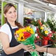 Woman buys a bouquet of flowers — Stockfoto #79000498